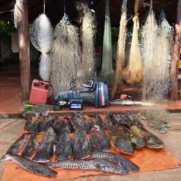 Durante a operação foram apreendidos vários petrechos de pesca, entre eles, 649 anzóis de galho, 79 redes, 19 tarrafas e nove barcos. (Foto: divulgação/Polícia)
