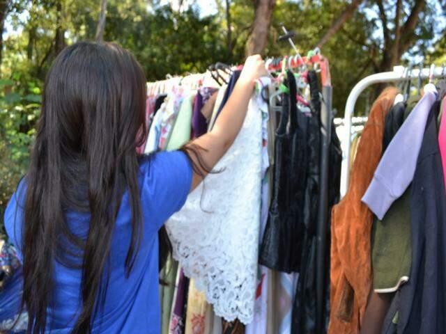 Nas araras, preços baixos são atrativo do público que busca roupa feminina, masculina e até infantil. (Foto: Kimberly Teodoro)