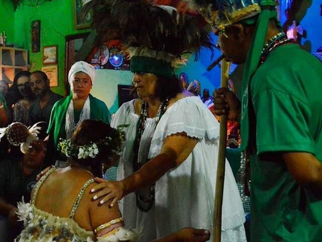 O cacique Mata Virgem coroando a filha Iraci em mãe de santo (Foto: Danielle Matos)