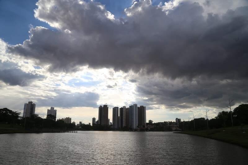 O dia começou frio em Campo Grande, mas as nuvens desparecem à tarde e a máxima chega a 31ºC. (Foto: Marcos Ermínio)