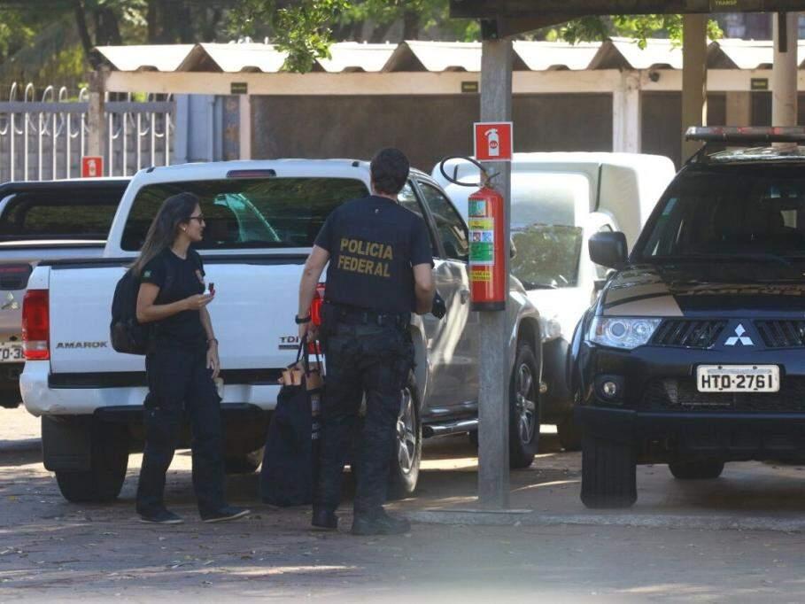 Agente desembarca malote na sede da Polícia Federal (Foto: André Bittar)