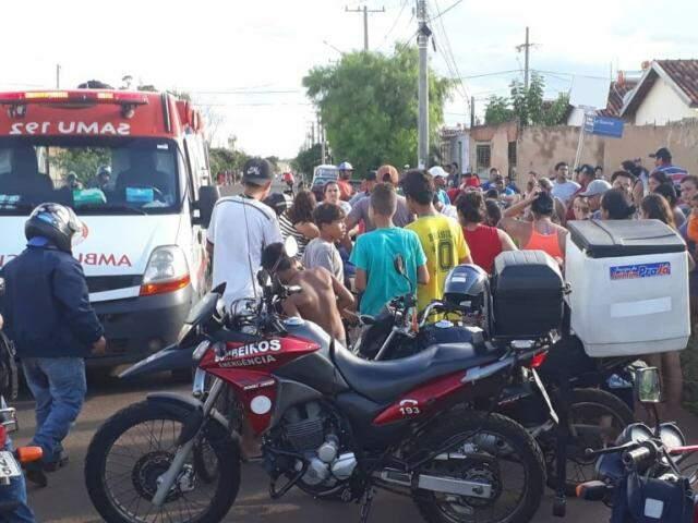 Acidente chamou a atenção e causou tumulto em rua do Portal Caiobá. (Foto: Direto das Ruas)