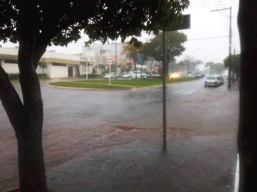 Rua alagada em Nova Andradina nesta quinta-feira (Foto: Luciene Carvalho/Nova News)
