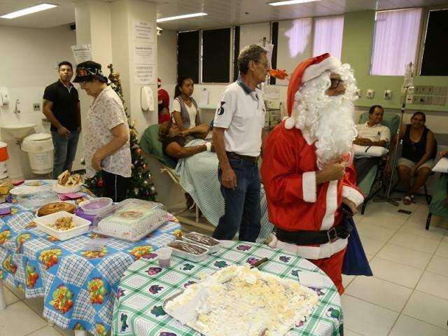Professor Carlão vestido de Papai Noel na ala de quimioterapia do hospital regional.(Foto: Fernando Antunes)