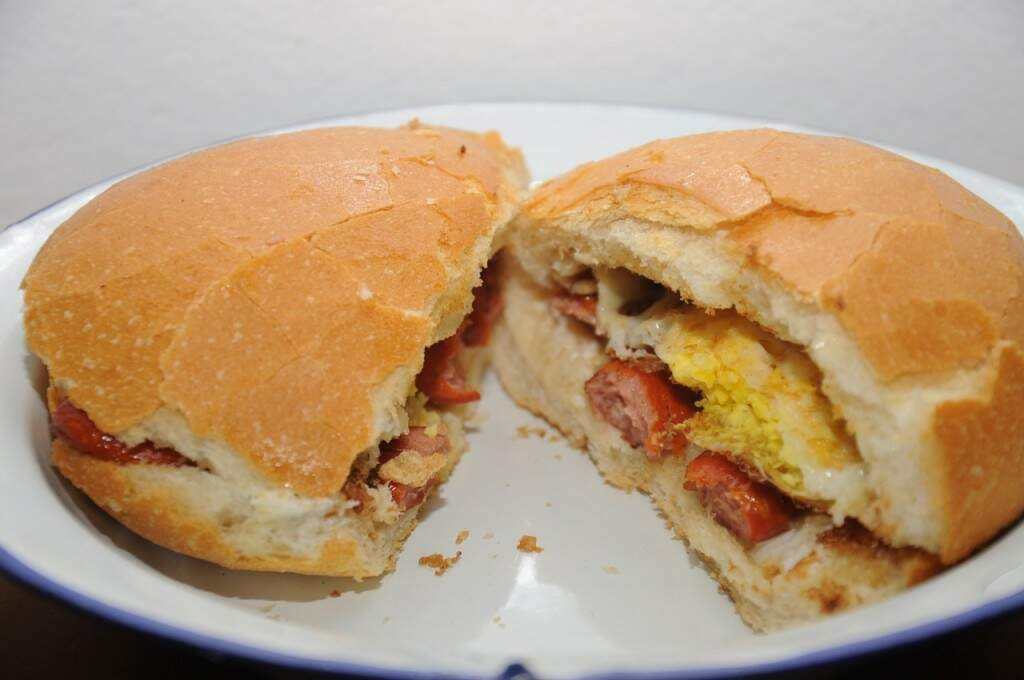 X-Favela é lanche no pãofrancês, com maionese caseira, salsicha e ovo. (Foto: Paulo Francis)