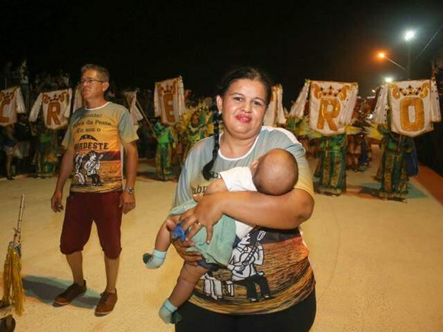 Cida desfilou com o neto, de 4 meses no colo (Foto: Paulo Francis)