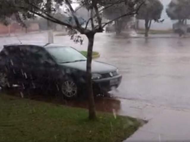 Choveu forte ontem em cidades de MS, (Foto: Direto das Ruas)