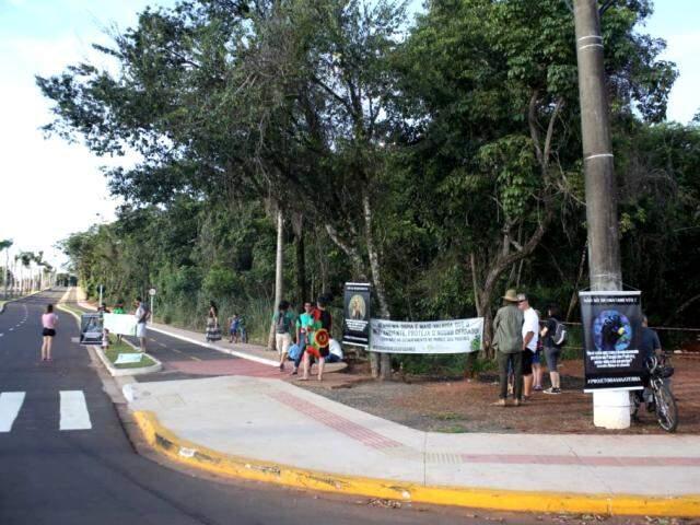 Grupo protesta contra manifestante no Parque dos Poderes (Foto: Paulo Francis)