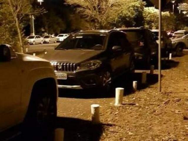 """Motorista deve ter achando que o """"carrão"""" pode ser parado de qualquer jeito e em qualquer lugar. (Foto: Direto das Ruas)"""
