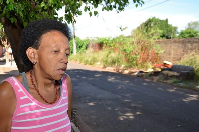 """Elizabeth mora em frente ao """"depósito"""" de lixo e já encontrou sete escorpiões em casa."""