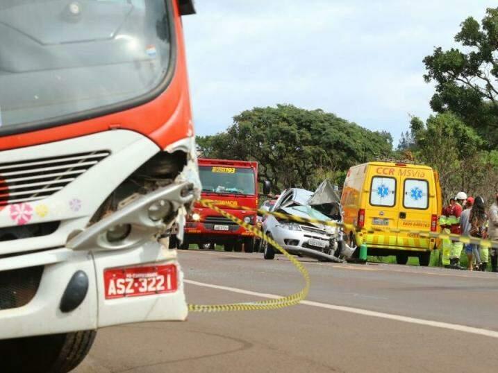 Carro de passeio ficou destruído (Foto: André Bittar)