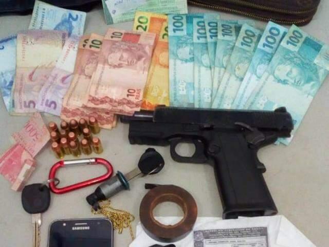 Pistola levada de policial, dinheiro e documentos apreendidos pela PM (Foto: Divulgação)