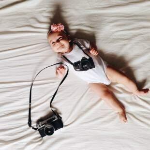 Lis já se familiarizando com os equipamentos da mamãe. (Foto: Milena Rodrigues)