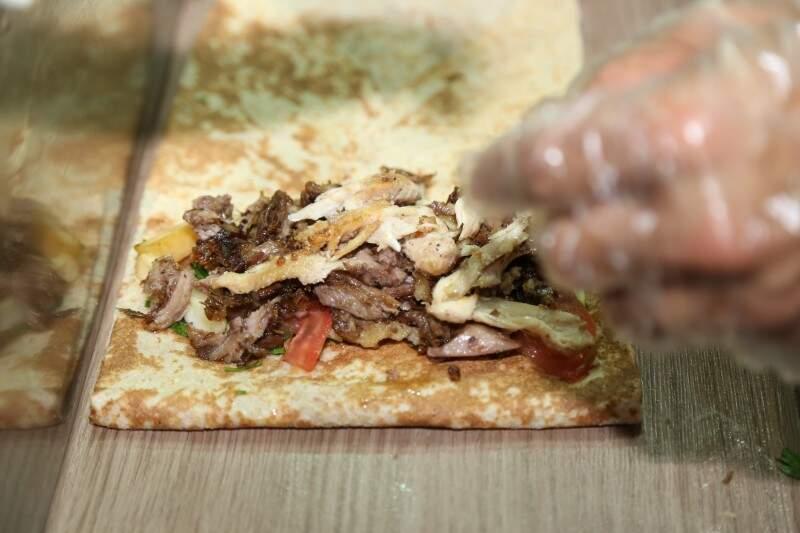 O iten principal do cardápio é a Shawarma, que dá nome a lanchonete