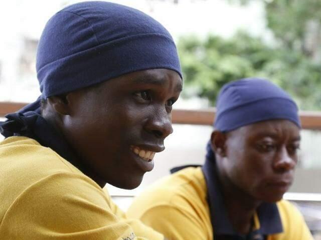 A dupla de haitianos compõem o quadro de funcionários do Chiquinho Sorvetes, na Afonso Pena.(Foto: Gerson Walber)