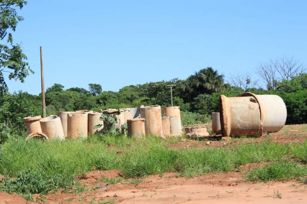 Manilhas abandonadas onde será construída caixa de contenção, na Avenida Mato Grosso com a Rua Hiroshima (Foto: Marina Pacheco)