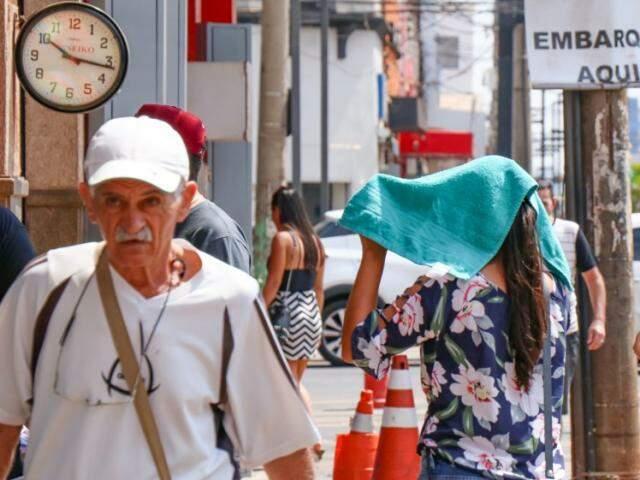 Temperatura beirando os 40ºC e sol forte no centro da cidade: vale tudo para tentar amenizar o calor (Foto: Henrique Kawaminami)