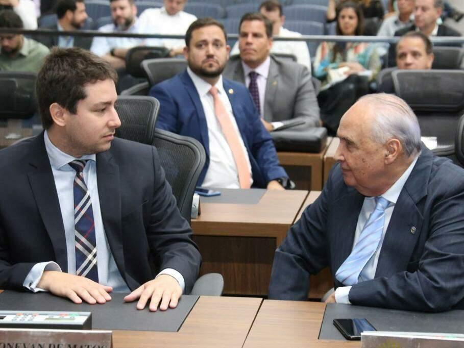 Deputados João Henrique Catan (PR) e Londres Machado (PSD), durante a primeira sessão do ano. (Foto: Victor Chileno/ALMS).