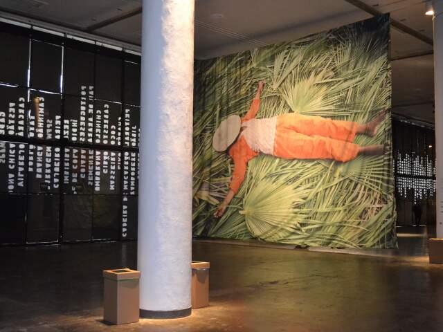 Artesão sobre a palha, em foto na Bienal.