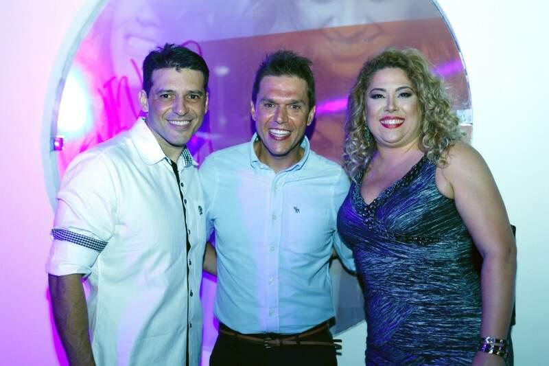 O diretor executivo do Grupo Ticomia, Marco Antônio Marques, ladeado pelos franqueados locais, Cristhiano Felice e Elaine Batista - Foto Divulgação