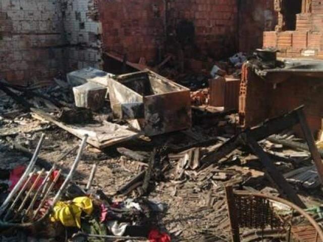 Casa na mata do Jacinto ficou destruída em incêndio (Foto: Direto das Ruas)