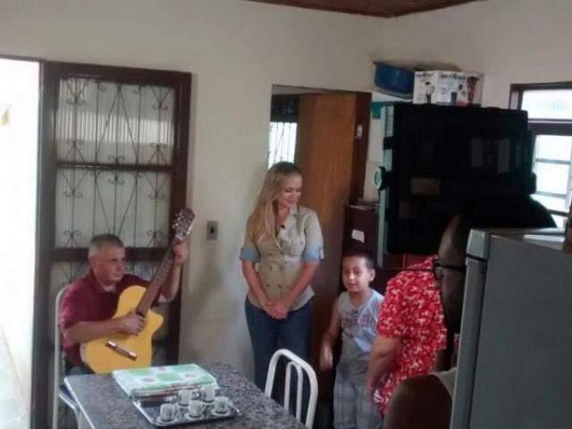 Eliana com os personagens principais da história,  Eva, o marido Jocelino e o filho Pedro Miguel. (Foto: Divulgação)