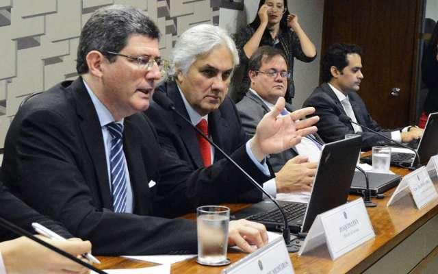 Delcídio defende aprovação de teto  da dívida em reunião da CAE com Levy