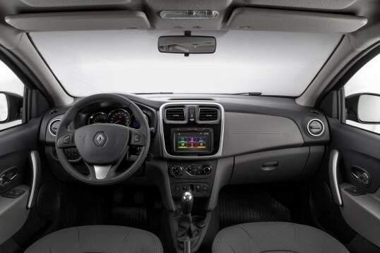 O interior é simples e segue sem mudanças, apenas a posição do controle do retrovisor elétrico mudou.