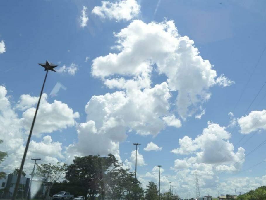 Céu entre nuvens na tarde desta sexta-feira (dia 8). (Foto: Kísie Ainoã).