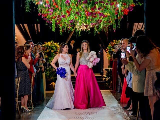 Márcia, a filha Nicole a cachorrinha Brenda entrando no casamento. (Foto: Top Studio Fotografias)
