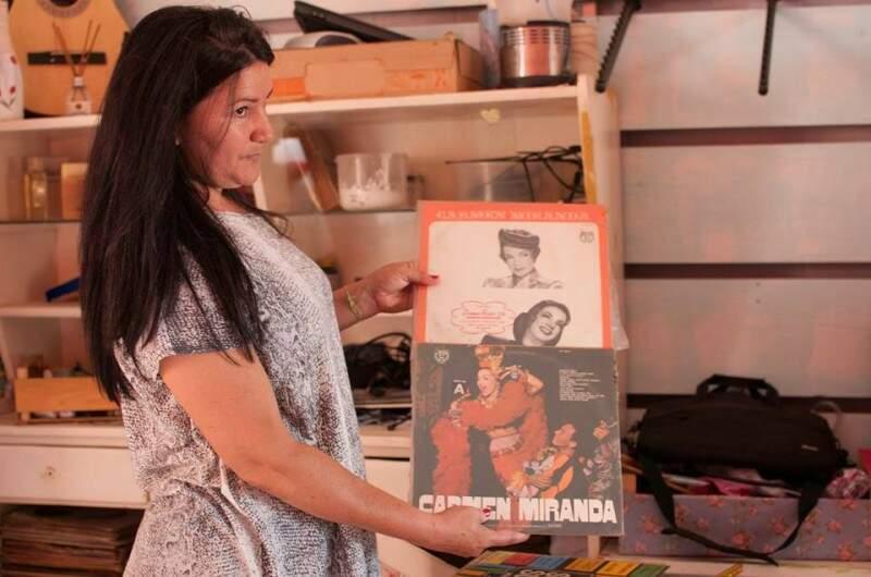 Discos de Carmen Miranda estão à venda por R$ 100. (Foto: Alcides Neto)