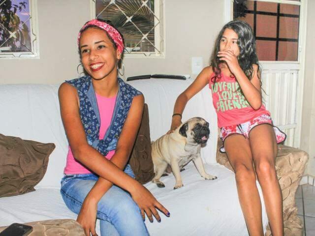 Rhaysla, o cachorrinho mais novo da família e a irmã mais nova, Ana Giulia, que tem os fios mais lisos naturalmente. (foto: Marina Pacheco)