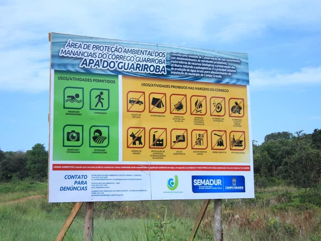 Placa explica o que pode e o que é proibido na APA (Área de Preservação Ambiental) do Guariroba.  (Foto: Marina Pacheco)