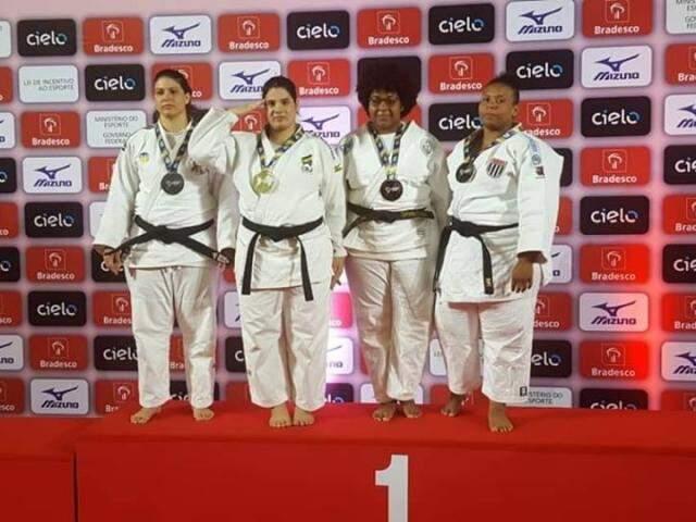 Camila Gebara, segunda da esquerda para direita, no pódio do Brasileiro sênior (Foto: Divulgação)