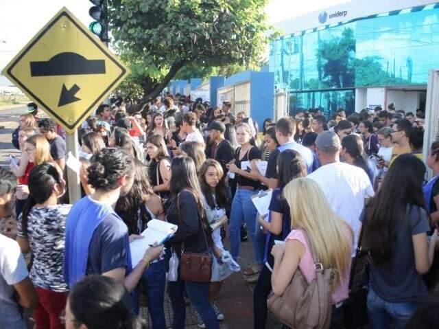 Candidatos em frente à Uniderp, um dos locais de aplicação do Enem em Campo Grande (Foto: Paulo Francis/Arquivo)