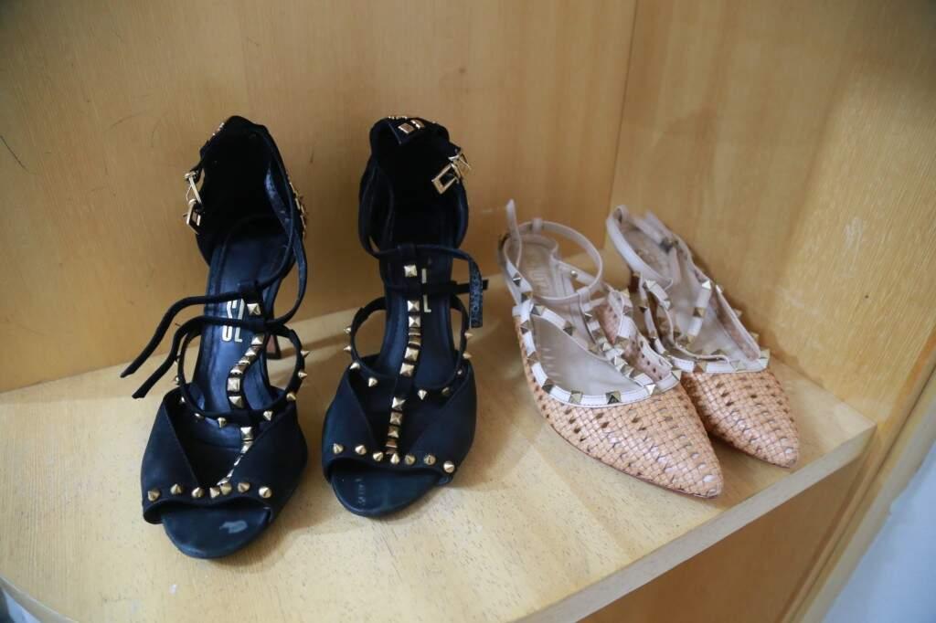 Sapatos de marca por R$ 60,00.