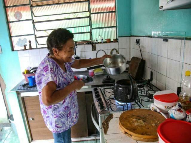 Nininha preparando o café. (Foto: Danielle Valentim)