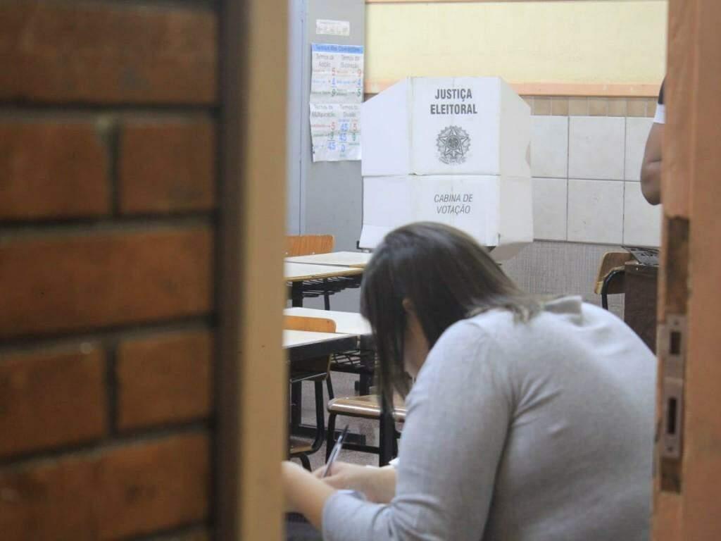 Mesária em uma das salas organizadas para receber eleitores (Foto: Marina Pacheco/Arquivo)