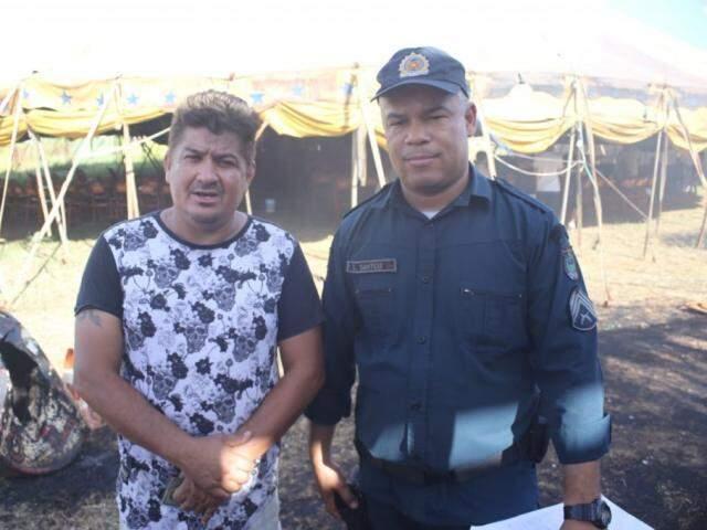 Hugo Perez, proprietário do Circo, ao lado do PM que salvou duas pessoas no dia do incêndio (Foto: Paulo Francis/Arquivo)