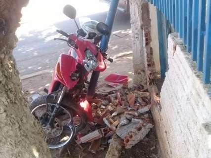 Adolescente pega moto escondida da mãe e derruba muro no Vespasiano Martins