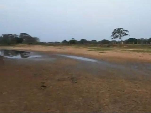 ... e registro da região em outubro deste ano: seca e assoreamento fizeram a água desaparecer. (Fotos: Instituto Agwa/Reprodução)