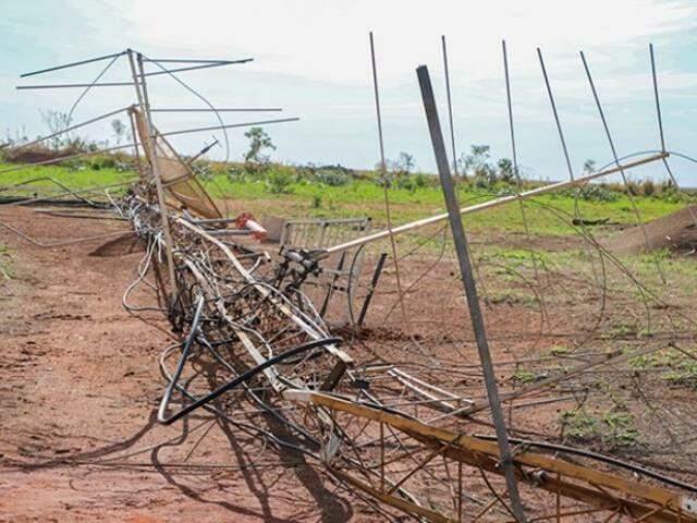 Estrutura foi completamente destruída ao cair. (Foto: Divulgação Assessoria Prefeitura)