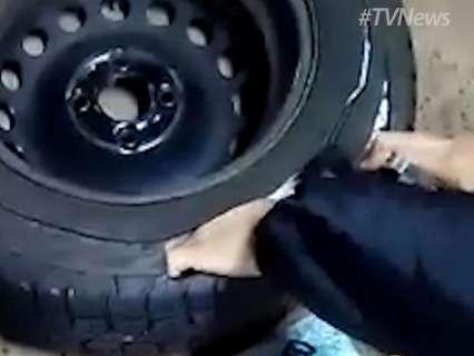 Vídeo mostra policiais federais usando faca para tirar dinheiro de pneu