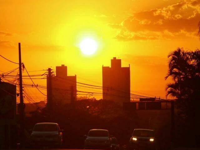 Sol aparece entre poucas nuvens na Capital e tempo promete ser quente e seco (Foto: André Bittar)