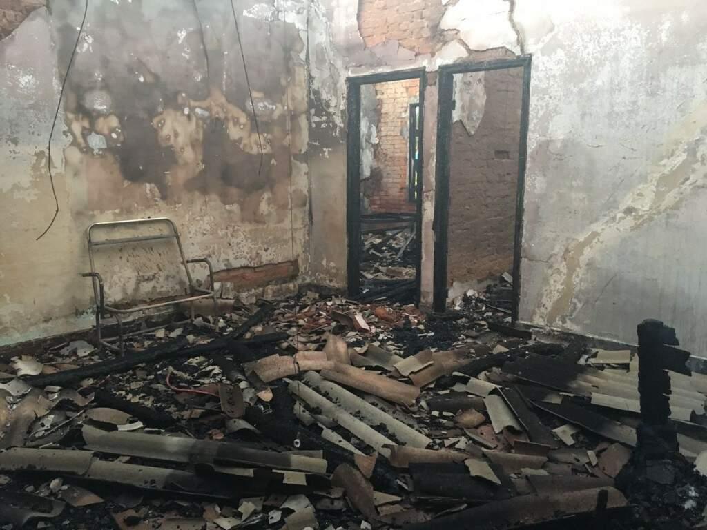 Fogo atingiu prédio, que ficou totalmente destruído, assim como objetos que lá estavam (Foto: Direto das Ruas)