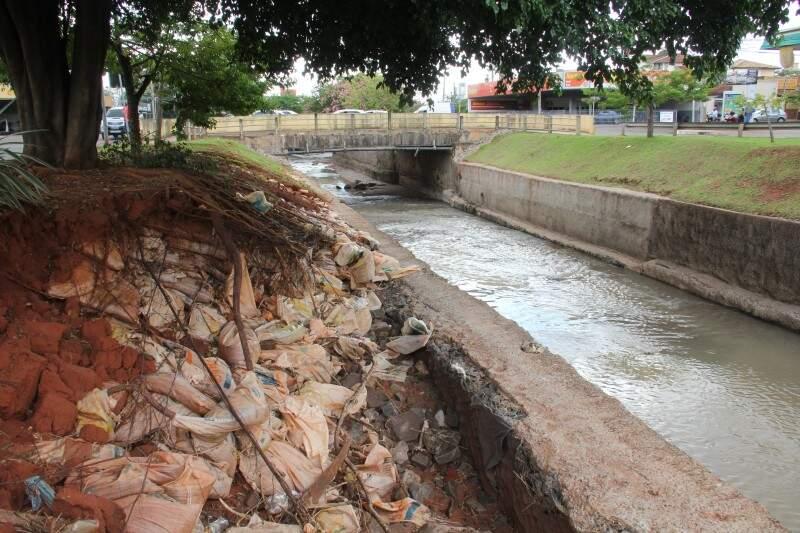 Sacos de areia e raízes de árvores ficaram expostos na Ricardo Brandão (Foto: Marcos Ermínio)