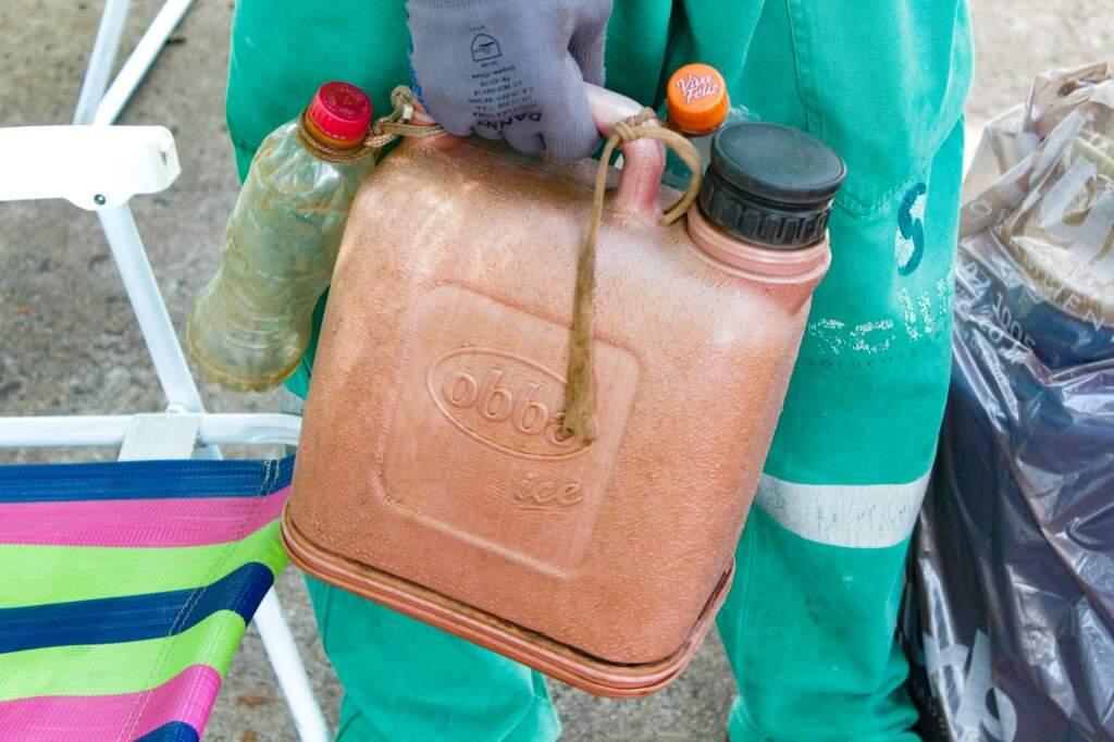 Galão de água de trabalhadores da poda (Foto: Kísie Ainoã)