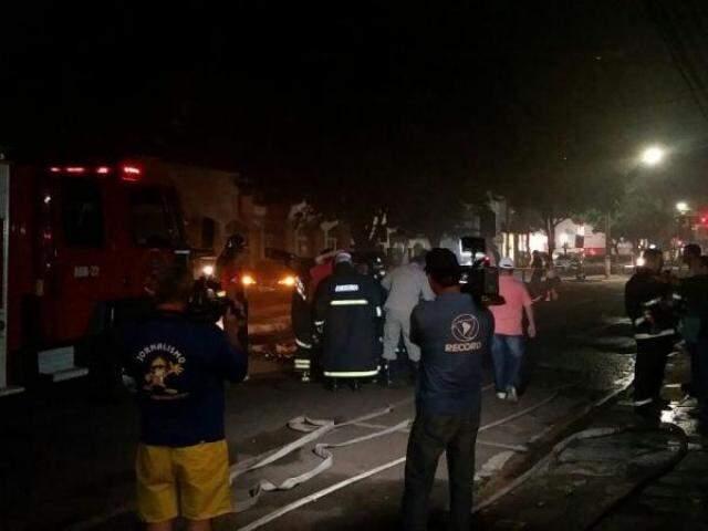 Várias atuaram no combate ao fogo, que chamou a atenção de várias pessoas (Foto: Hélio de Freitas)