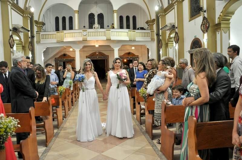 Laura e Alessandra entraram juntas, de mãos dadas. (Foto: Antonio Ferreira)
