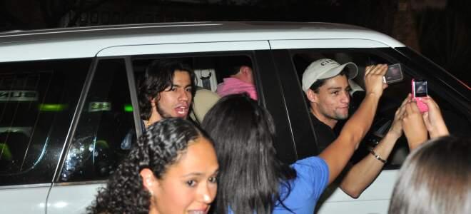 Munhoz e Mariano cercados por fãs, em saída de rádio. (foto: João Garrigó)